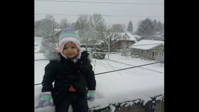liah's first snow_23410340