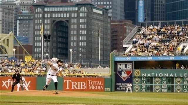 Pirates rally to beat Braves 3-2