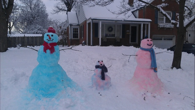 Snow father, child and mom_24268790